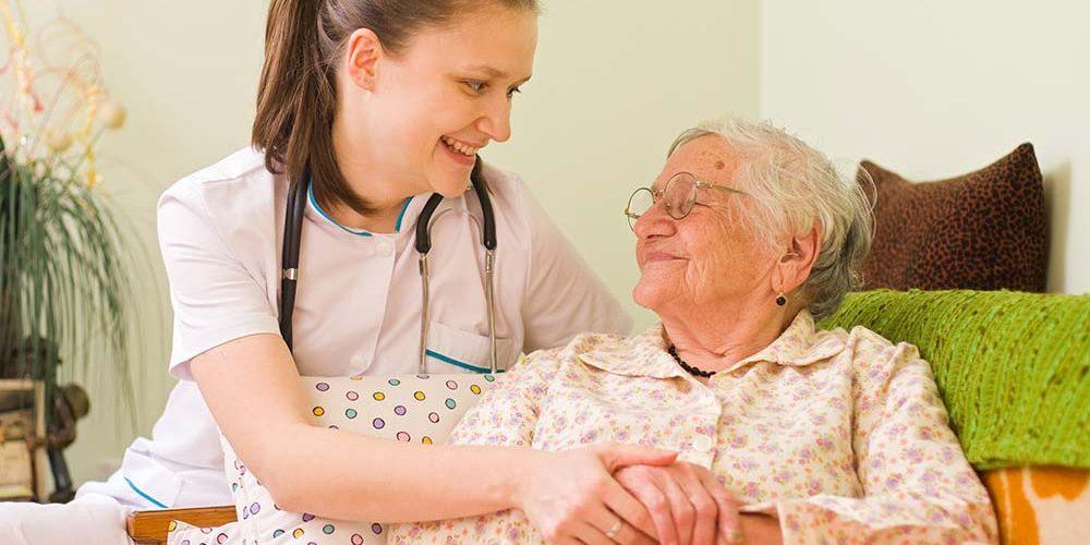 Сиделка для пожилого человека: что входит в ее обязанности?